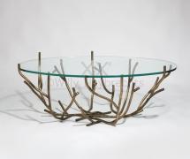 Table à piètement à décor de rameaux en bronze à patine médaille et plateau en verre.