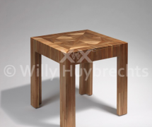 Table basse recouverte de marqueterie