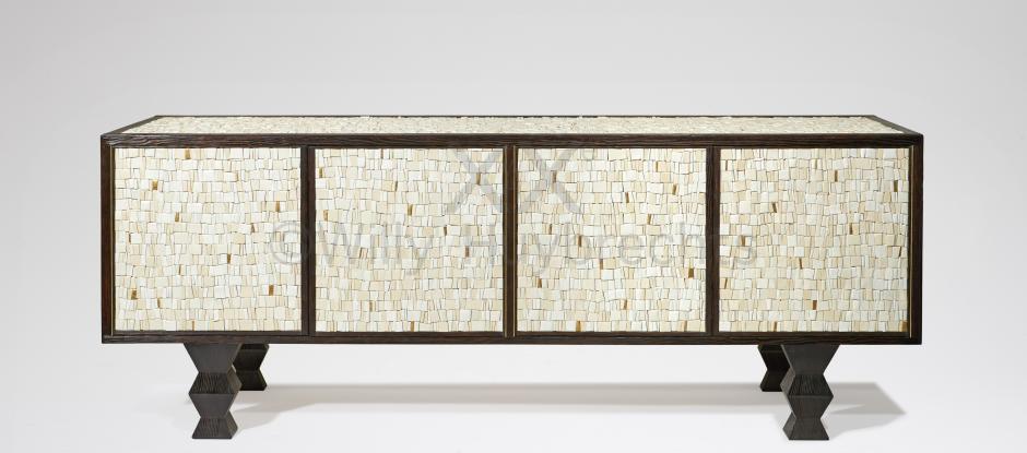 Meuble d'appui bas en pin brulé, marqueté de mosaïque en céramique blanche et or